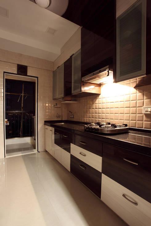 Harish Bhai:  Kitchen by PSQUAREDESIGNS