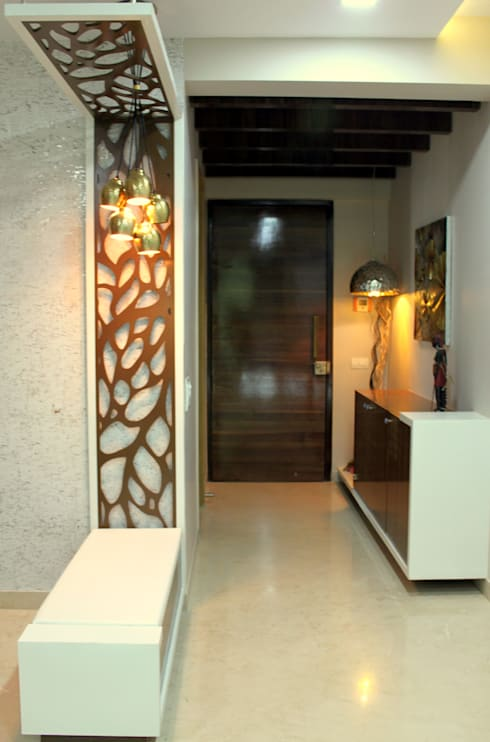 Seaview Apartment at Palm Beach Residency at Navi Mumbai:  Corridor & hallway by Shweta Deshmukh & Associates