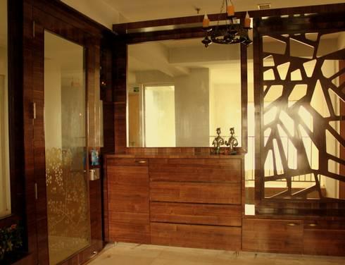 Seaview Apartment at Palm Beach Residency at Navi Mumbai:  Corridor & hallway by Shweta Deshmukh & Associates