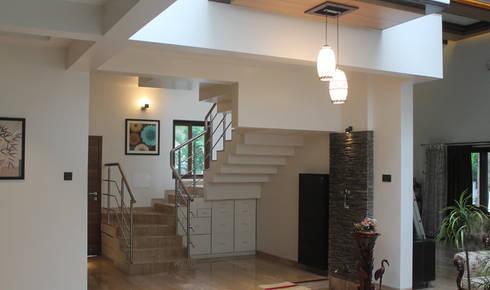 Kulkarni Bunglow Interior:  Corridor & hallway by Prashanth Deshmukh & Associates