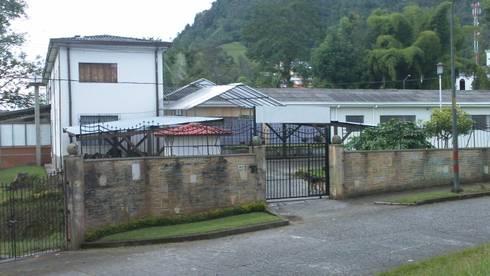 Casa Arzobispal- Manizales - Barrio La Francia: Casas de estilo ecléctico por Santiago Zuluaga Arroyave