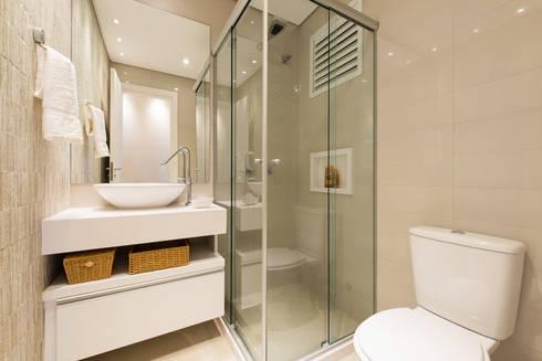 BANHEIRO SOCIAL: Banheiros modernos por TRÍADE ARQUITETURA