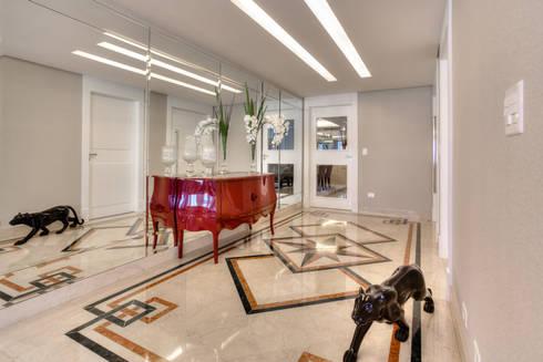 Residência Juvevê: Corredores e halls de entrada  por VL Arquitetura e Interiores
