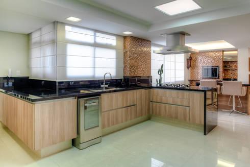 Residência Juvevê: Cozinhas clássicas por VL Arquitetura e Interiores