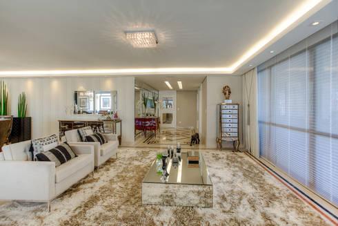 Residência Juvevê: Salas de estar clássicas por VL Arquitetura e Interiores