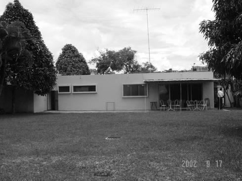 Fachada Nor-Este (casa original) antes de la remodelación: Casas de estilo moderno por Odart Graterol Arquitecto