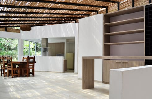 CASA DEL BOSQUE: Comedores de estilo minimalista por santiago dussan architecture & Interior design