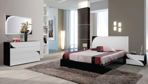 Quarto de casal em madeira carvalho  a cor de  wenguê com lacado  alto brilho branco e pormenores em lacado em preto: Quarto  por relax mobiliário e decoração