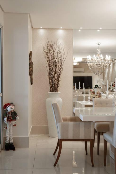 Sala de jantar: Salas de jantar clássicas por Livia Martins Arquitetura e Interiores