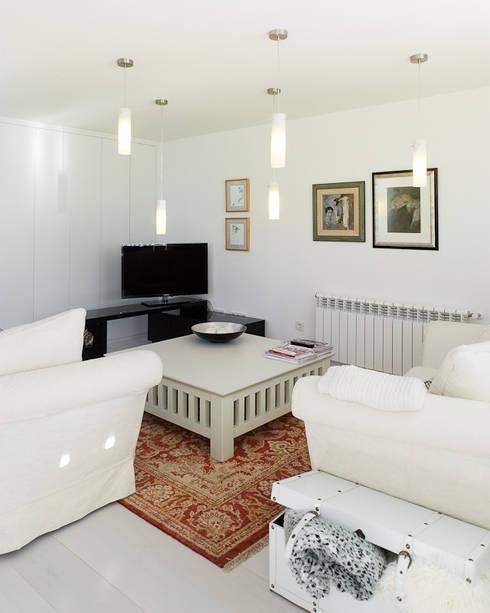 Reforma de piso en Santiago de Compostela: Salones de estilo minimalista de Interior Zen. Obras e Proxectos
