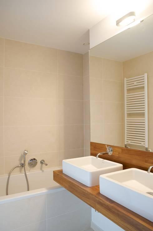 Avramovic Sion: Salle de bains de style  par Modelmo ScPRL