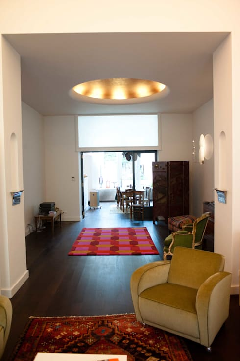 DeRadigues: Couloir et hall d'entrée de style  par Modelmo ScPRL