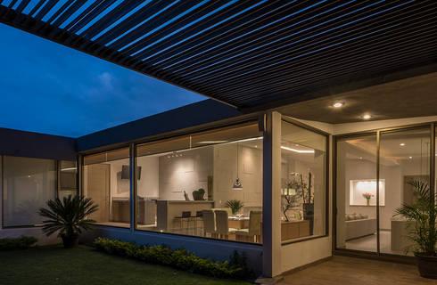 CASA EG: Casas de estilo moderno por ROMERO DE LA MORA