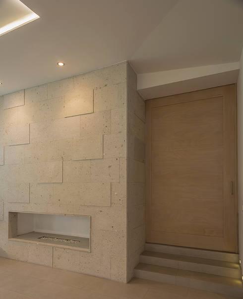 Salas / recibidores de estilo  por ROMERO DE LA MORA