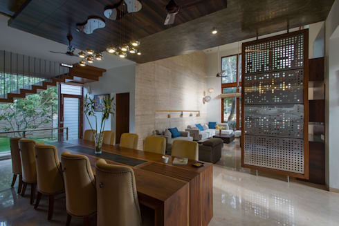 Dining overlooking the Living & Ornamental Court: modern Dining room by studio XS