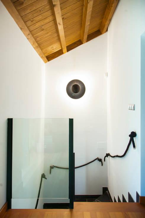 Projekty,  Korytarz, przedpokój zaprojektowane przez Belén Sueiro