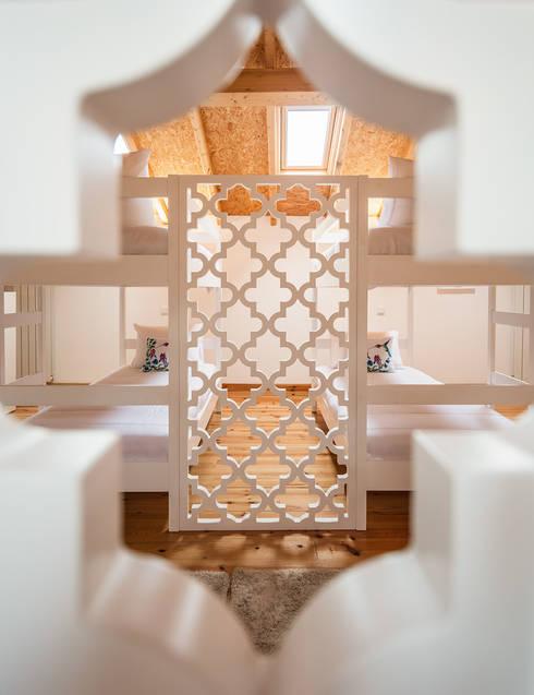 DECORAÇÃO DE HOSTEL – Piso 2 (Tato): Hotéis  por White Glam