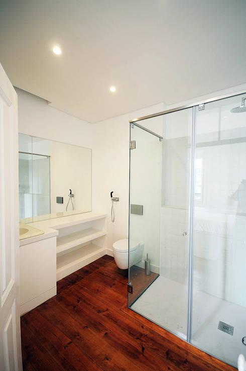 Apartamento Lisboa: Casas de banho  por Colectivo ODD