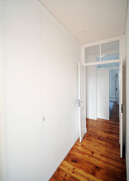 Apartamento Lisboa: Closets ecléticos por Colectivo ODD