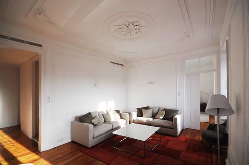 Apartamento Lisboa: Salas de estar ecléticas por Colectivo ODD