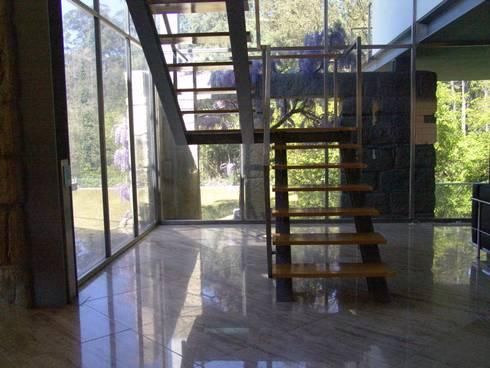 Moradia SG: Corredores e halls de entrada  por RDLM Arquitectos associados