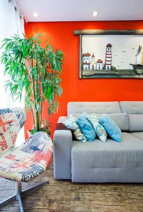 Detalhe da parede em cor quente: Salas de estar  por Janete Krueger Arquitetura e Design