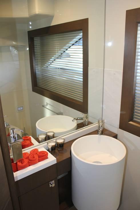 Yacht Custom Line 100: Casa de banho  por Silvia Costa    Arquitectura de Interiores