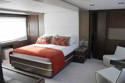 Yacht Custom Line 100: Quarto  por Silvia Costa    Arquitectura de Interiores
