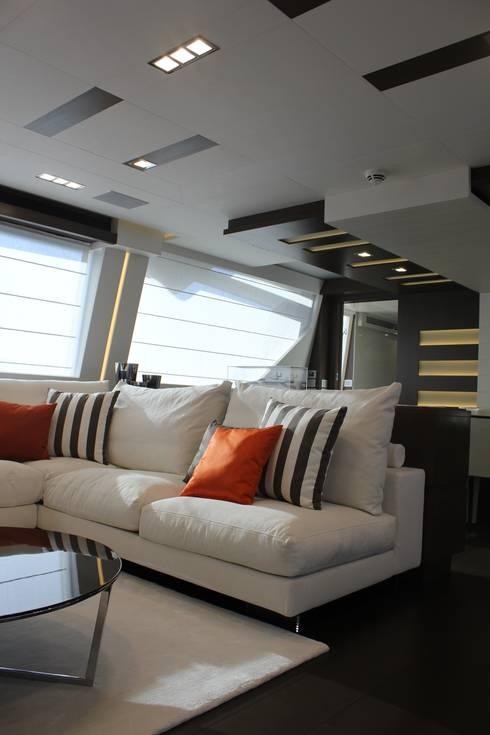 Yacht Custom Line 100: Sala de estar  por Silvia Costa    Arquitectura de Interiores