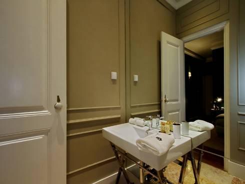 Torel palace LX: Casas de banho ecléticas por isabel Sá Nogueira Design