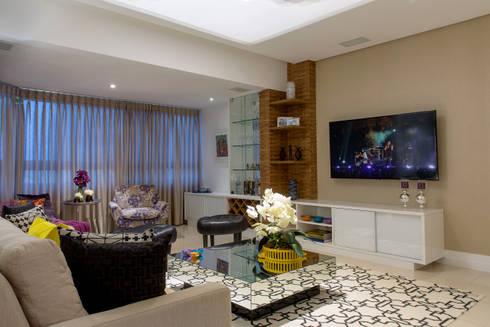 Sala de estar e Varanda integradas pela Marcenaria: Salas de estar modernas por Bruno Sgrillo Arquitetura
