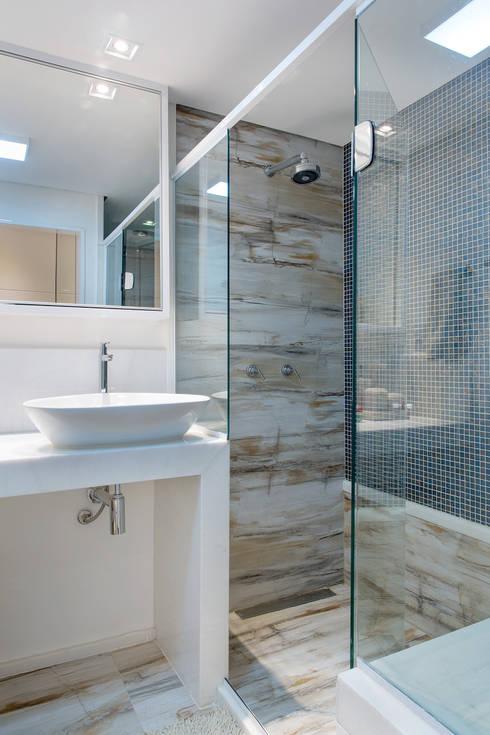 Banheiro de casal: Banheiros modernos por Bruno Sgrillo Arquitetura