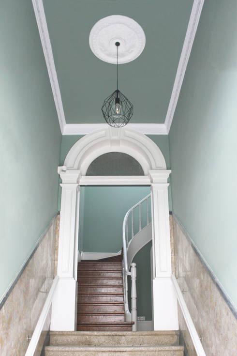 Casa de Godinho: Corredores e halls de entrada  por GRAU.ZERO Arquitectura