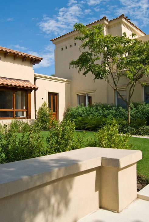 Clásicos Detalles: Casas de estilo clásico por LLACAY arquitectos