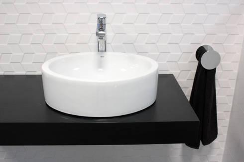Showroom Tons de Banho: Casas de banho minimalistas por TONS DE BANHO