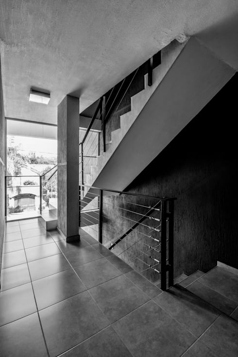 DETALLE INTERIOR - ESCALERA: Pasillos y recibidores de estilo  por CELOIRA CALDERON ARQUITECTOS