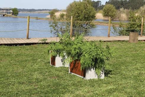 Mobiliário Exterior Concrete Kit: Jardim  por Amop
