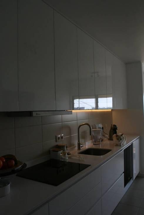 Remodelação de cozinha (Set'15) em parceria com a Arqª Clara Braz:   por Isabel de Mesquita Unipessoal, Lda