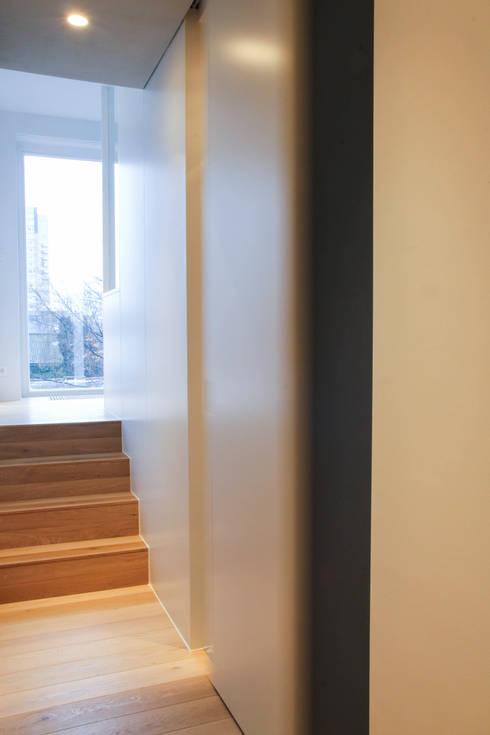 Rénovation d'un appartement bruxellois: Couloir et hall d'entrée de style  par Alizée Dassonville   architecture