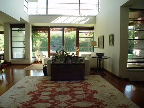 Moradia Foz do Douro: Salas de estar ecléticas por Karst, Lda