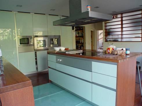 Moradia Foz do Douro: Cozinhas ecléticas por Karst, Lda