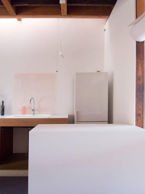 西ノ京のアトリエ: 村松英和デザインが手掛けたキッチンです。