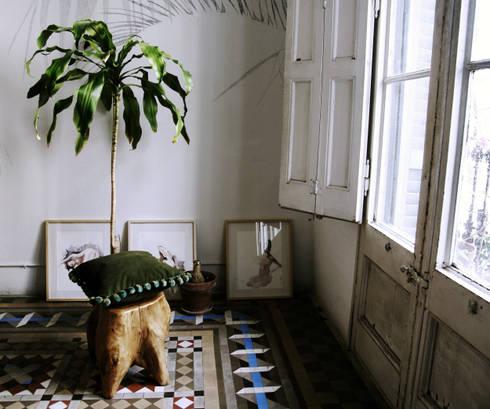 HANDSOME BACO, CHEERS!   Cojín con olor a vainilla: Hogar de estilo  por Herminia Mor