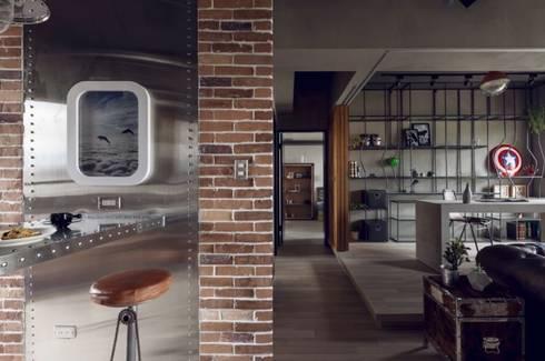 Pasillo y Estancia Industrial : Paredes y pisos de estilo industrial por Espacio Singular