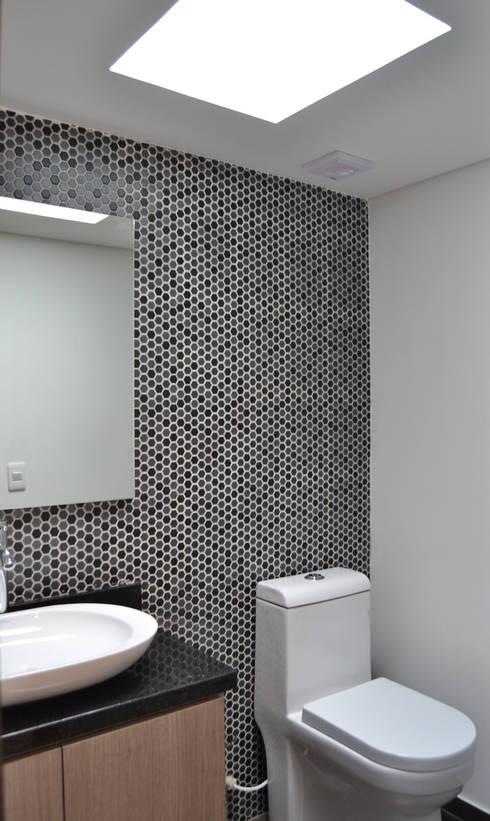 APARTAMENTO 104: Baños de estilo minimalista por santiago dussan architecture & Interior design
