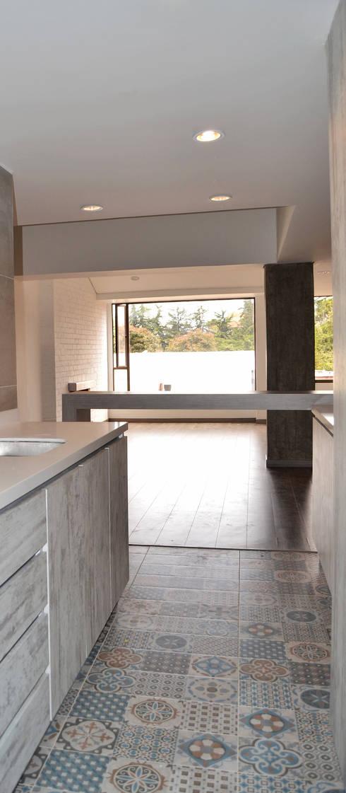 APARTAMENTO 104: Cocinas de estilo minimalista por santiago dussan architecture & Interior design