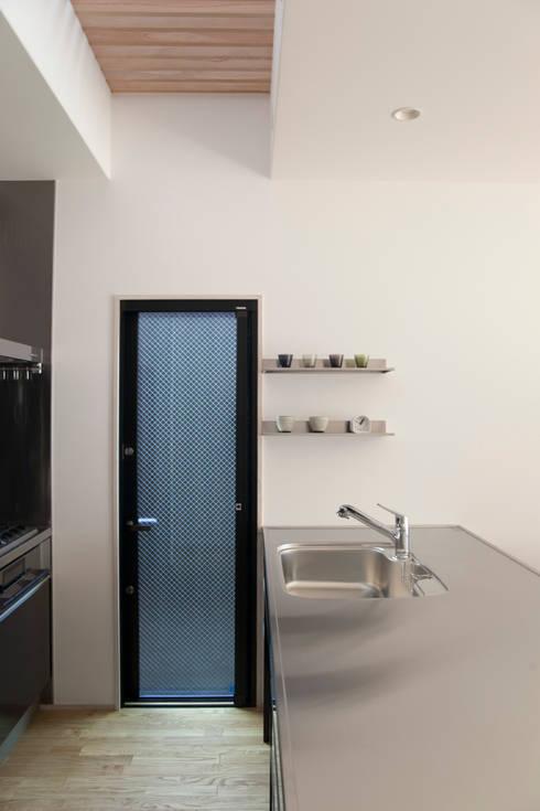西陣の家: 村松英和デザインが手掛けたキッチンです。