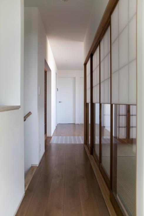 西陣の家: 村松英和デザインが手掛けた廊下 & 玄関です。