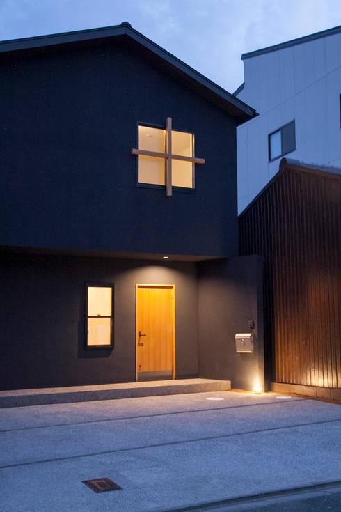 西陣の家: 村松英和デザインが手掛けた家です。