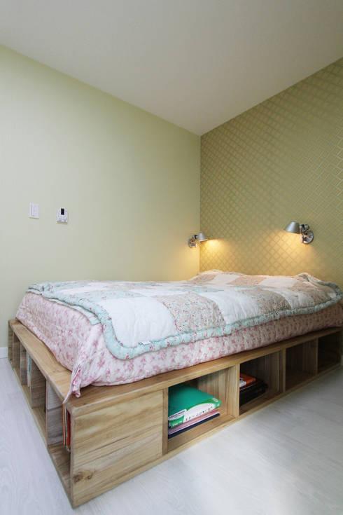 Dormitorios de estilo moderno de 핸디디자인